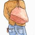 鞄を肩にかける男